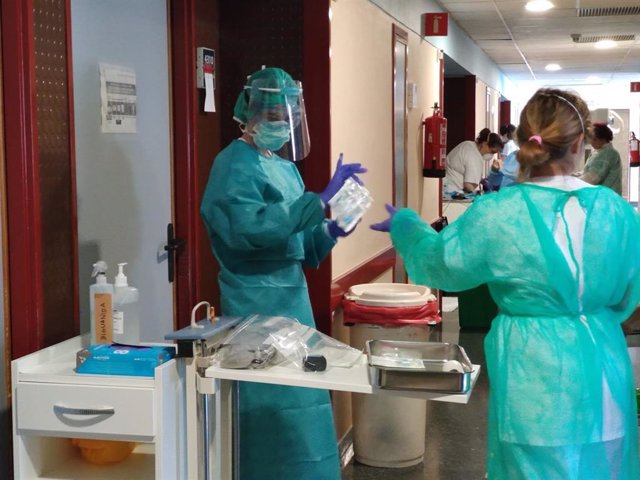 Archivo - Atención en una planta Covid en el Hospital Universitario Juan Ramón Jiménez de Huelva