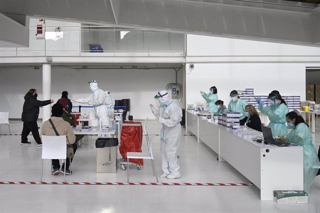 Archivo - Arquivo - Dispositivo de cribado masivo para detectar casos asintomáticos de coronavirus na Coruña, Galicia (España), a 30 de xaneiro de 2021. O Sergas levou a cabo este sábado un cribado masivo a persoas de entre 18 e 60 anos mediante test de a