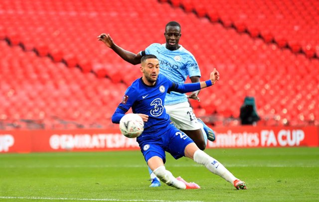 17 April 2021, United Kingdom, London: Chelsea's Hakim Ziyech scores his side's first goal during the English FA Cup semi-final soccer match between Chelsea FC and Manchester City at Wembley Stadium. Photo: Adam Davy/PA Wire/dpa