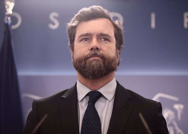 El portavoz de Vox en el Congreso, Iván Espinosa de los Monteros, interviene en una rueda de prensa anterior a una Junta de Portavoces convocada en el Congreso de los Diputados, a 13 de abril de 2021, en Madrid, (España).