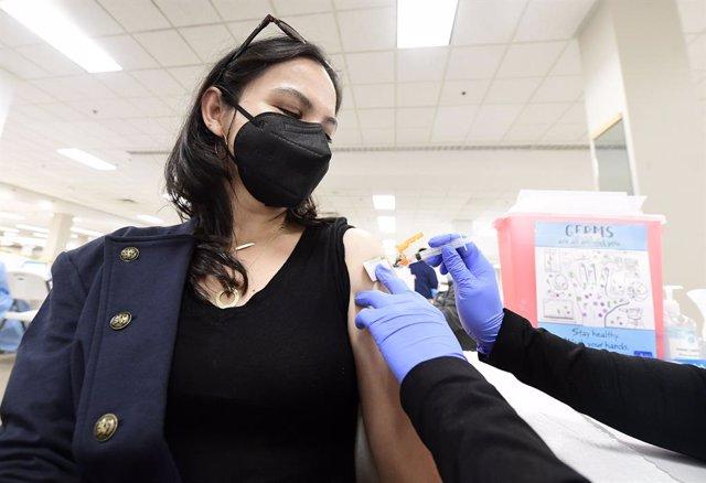 Una dona rep la vacuna de Pfizer contra el coronavirus en un centre de vacunació a Califòrnia.