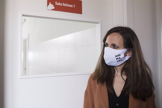 La ministra de Drets Socials i Agenda 2030, Ione Belarra, durant una visita al Centre d'Integració de Protecció Animal Rivas-Vaciamadrid (CIPAR), a 23 d'abril de 2021, en Rivas-Vaciamadrid, Madrid (Espanya).