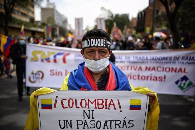 Un manifestant colombià en les protestes que es desenvolupen al país.