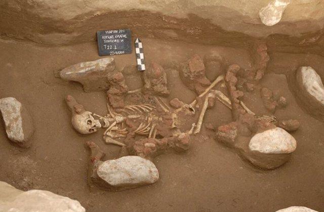 Esqueleto de uno de los dos individuos que vivieron a mediados de la Edad del Bronce y cuyo genoma completo fue reconstruido y secuenciado por el equipo de Lausana.