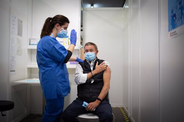 Arxiu - Una sanitària inocula un vaccí contra la covid-19 d'AstraZeneca.