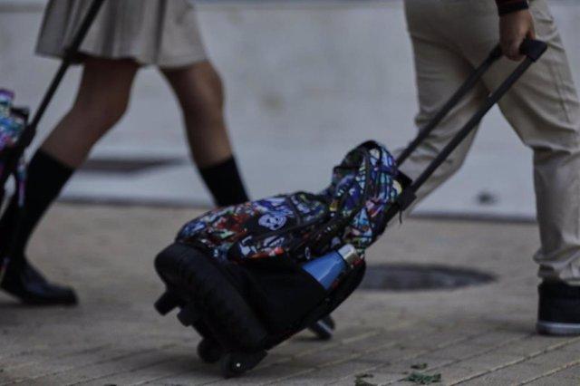 Archivo - Alumnos con mochila de un colegio privado, en Madrid, durante el primer día del curso escolar 2020-2021