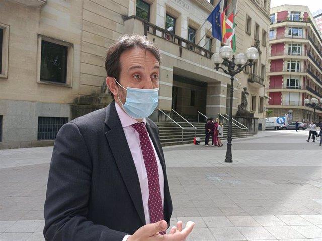 El juez decano de Bilbao, Aner Uriarte, en declaraciones a los peridistas ante el TSJPV