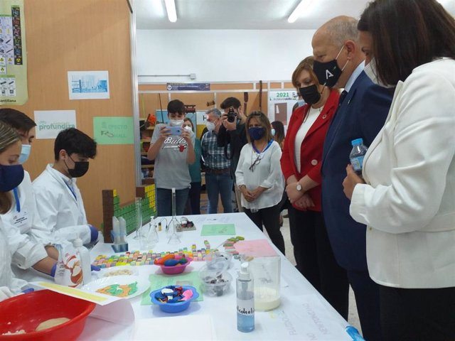 El consejero de Educación y Deporte, Javier Imbroda, en su visita al IES Don Bosco de Valverde del Camino (Huelva).