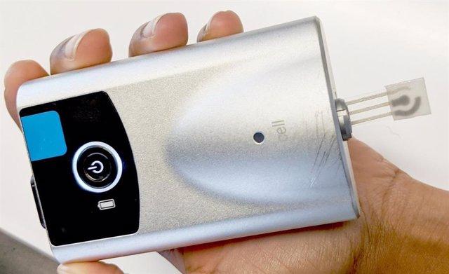 Un dispositivo portátil combinado con un sensor de sudor táctil (tira a la derecha) mide la glucosa en el sudor, mientras que un algoritmo personalizado convierte esos datos en un nivel de glucosa en sangre.