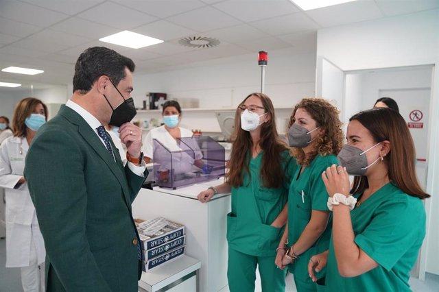 Moreno en su visita al Hospital Puerta del Mar