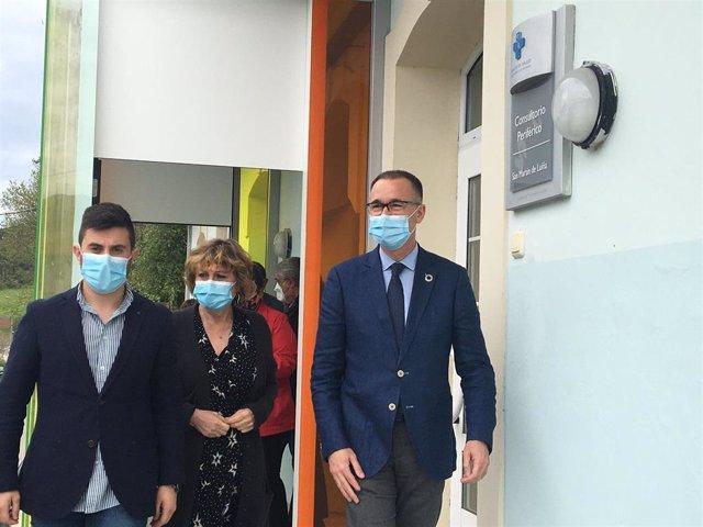 El consejero de Salud, Pablo Fernández Muñiz, visita un consultorio en Cudillero