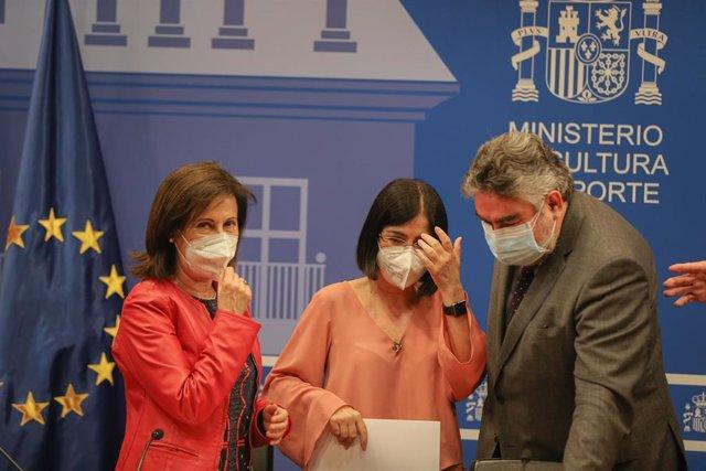 (I-D) La ministra de Defensa, Margarita Robles; la ministra de Sanidad, Carolina Darias, y el ministro de Cultura y Deporte, José Manuel Rodríguez Uribes, durante el acto de presentación del proceso de vacunación de los deportistas olímpicos españoles, en