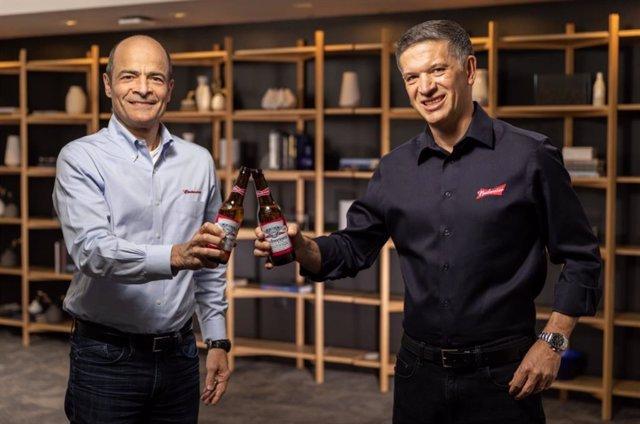Carlos Brito (izq) brinda con Michel Doukeris (drch)
