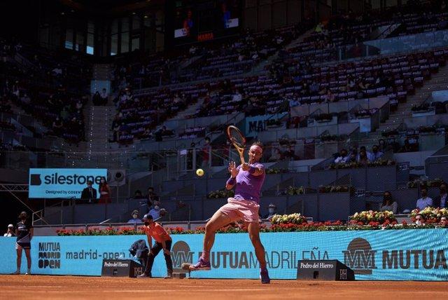 El tenista español Rafa Nadal en su victoria sobre Alexei Popyrin (6-3 y 6-3) en los octavos de final del Masters 1000 Mutua Madrid Open, en la Pista Manolo Santana de la Caja Mágica