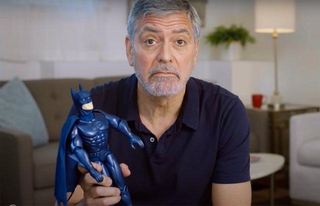 George Clooney se rie de los Bat-pezones en este desternillante anuncio