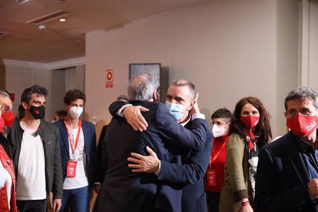 El candidat del PSOE a la presidència de la Comunitat de Madrid, Angel Gabilondo, abraça el secretari d'estat per a l'Esport, José Manuel Franco.