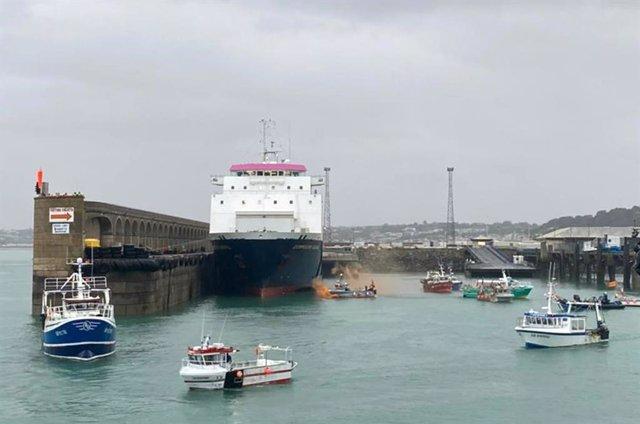 Els pescadors francesos bloquen l'illa de Jersey.
