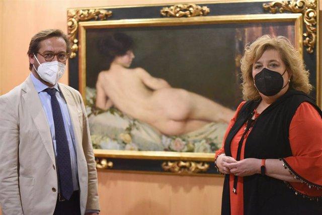 Antonio Granados y Fátima Gómez, ante 'Desnudo de mujer' de Aurelia Navarro