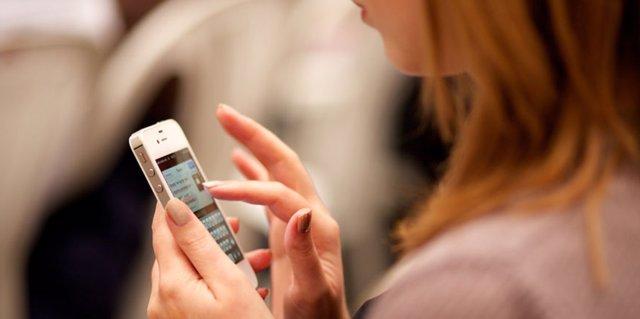 Archivo - Smartphone, dispositivo móvil, nuevas tecnologías