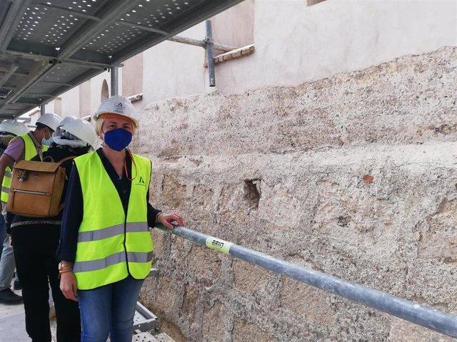La delegada territorial de Cultura de la Junta en Almería, Eloísa Cabrera, visita las obras de la muralla norte de La Alcazaba