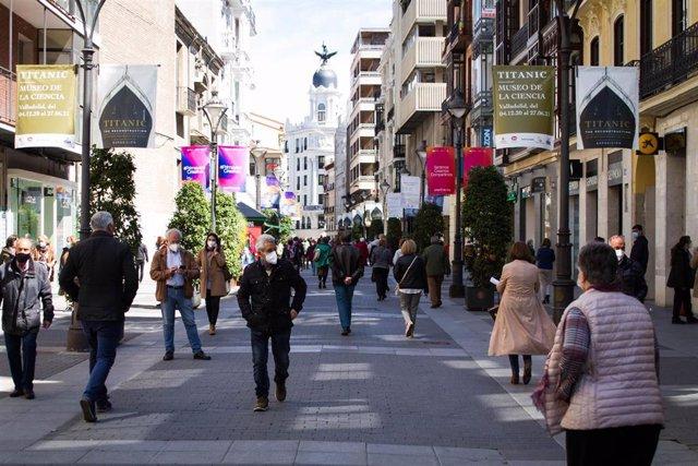 Archivo - Gente camina por la calle Santiago de Valladolid.
