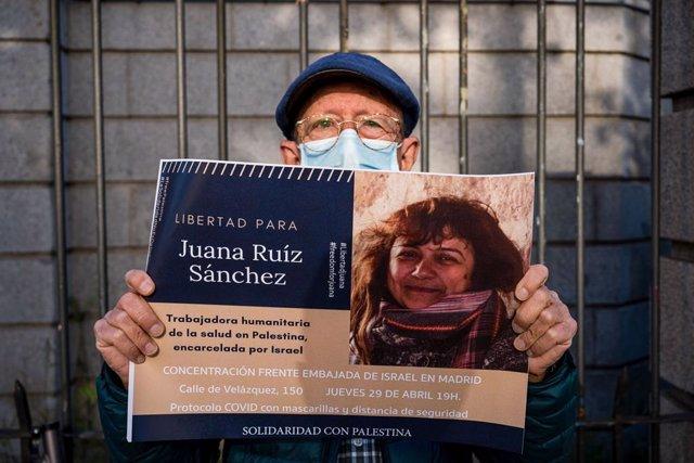 Un manifestant amb una pancarta de suport a l'alliberament de Juana Ruiz a Madrid