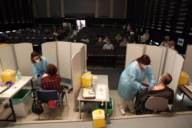 Dos personas reciben la primera dosis de vacuna Pfizer contra el Covid-19, a 27 de abril de 2021, en el Hospital de Getafe, Madrid, (España). Este dispositivo, puesto en marcha, junto al de otros de hospitales en la periferia madrileña, se une a otros 22