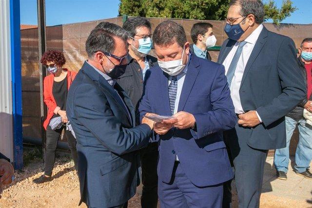 El presidente de Castilla-La Mancha, Emiliano García-Page, coloca en la localidad guadalajareña de Cifuentes,