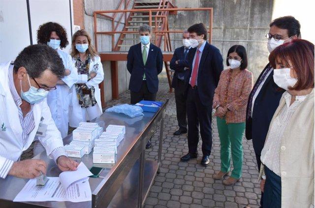 La ministra de Sanidad y el consejero de Sanidad ecepcionan vacunas Covid en Mérida