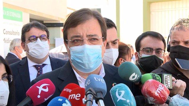 El presidente de la Junta y secretario general del PSOE de Extremadura, Guillermo Fernández Vara, atiende a los medios de comunicación.