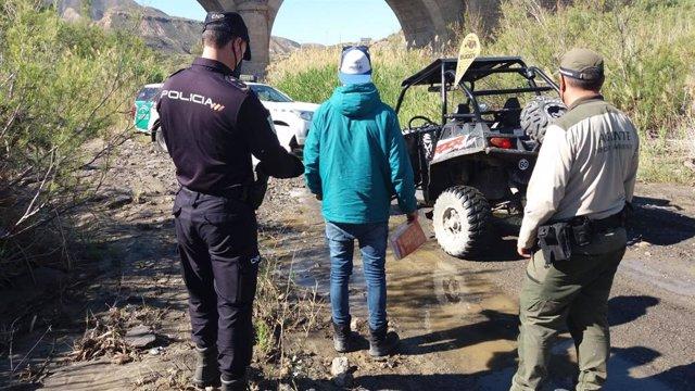 La Policía Adscrita y agentes de Medio Ambiente denuncian a usuarios de vehículos a motor que circulaban por espacios protegidos de Almería