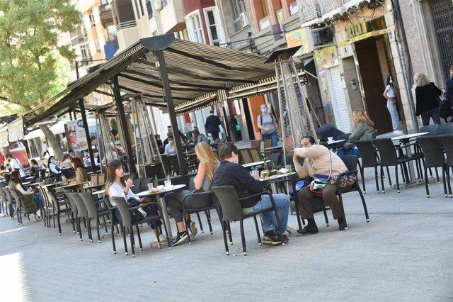 Varias personas caminan por una céntrica calle de Murcia, a 27 de abril de 2021, en Murcia