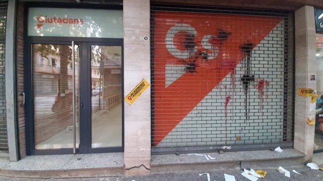 Seu de Cs a Girona amb impactes de pintura i ous.