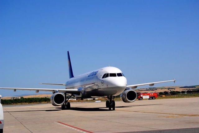 Archivo - Un avión de Lufthansa en el aeropuerto de Jerez