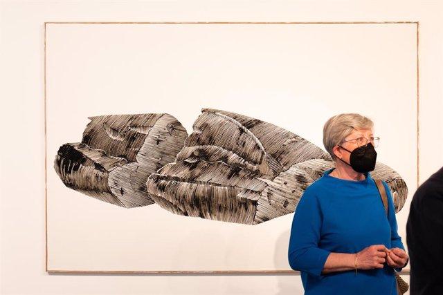 La viuda de Enric Banyuls, Rosa Urenya, junto a una de las obras del artista expuestas en la Fundación Chirivella Soriano