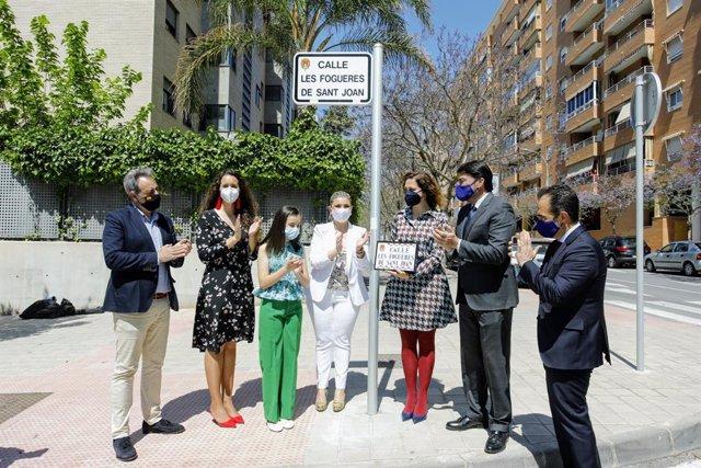 L'alcalde i la vicealcaldesa assistixen a l'acte de denominació oficial dels carrers dedicats a les Festes Tradicionals i Populars, Moros i Cristians, Setmana Santa i Fogueres