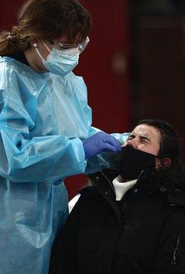 Archivo - Una trabajadora sanitaria protegida realiza uno de los primeros test de antígenos de SARS-CoV-2 en el polideportivo del Campus Sur de Vallecas de la Universidad Politécnica a jóvenes de entre 18 y 29 años, en Madrid, (España), a 21 de enero de 2