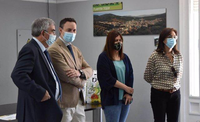 El delegado de Agricultura, Ganadería, Pesca y Desarrollo Sostenible de la Junta de Andalucía en Córdoba, Juan Ramón Pérez (segundo por la izda.), en su visita a Priego de Córdoba.