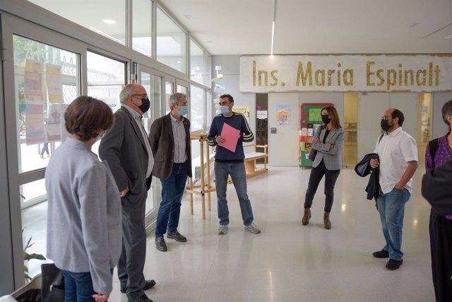 El conseller d'Educació de la Generalitat, Josep Bargalló, amb representants de les administracions educatives i de l'Institut Maria Espinalt de Barcelona.