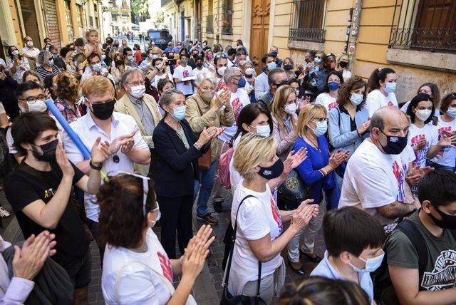 Varias personas durante una concentración contra el cierre del Institut Français en València