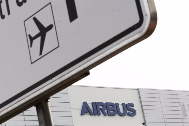 Archivo - FILED - 07 March 2018, Bremen: A general view of Airbus logo displayed on the company's building. Aeroplane manufacturer Airbus says it plans to cut 15,000 jobs worldwide due to the coronavirus crisis' effects on the aviation industry. Photo: Mo