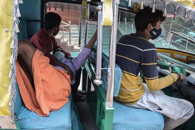 07 May 2021, India, Prayagraj: A man drives a patient suffering from coronavirus complications to the Swaroop Rani Nehru Hospital. Photo: Prabhat Kumar Verma/ZUMA Wire/dpa