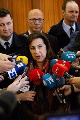 Archivo - La ministra de Defensa, Margarita Robles, en la AGA junto al coronel Manuel de la Chica
