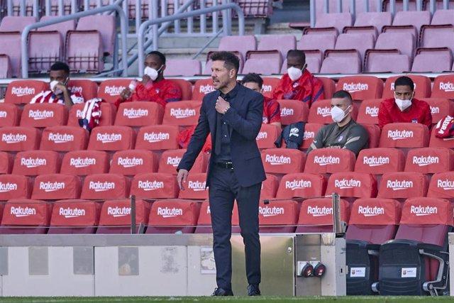 Diego Pablo Simeone dirige a su equipo en el Camp Nou
