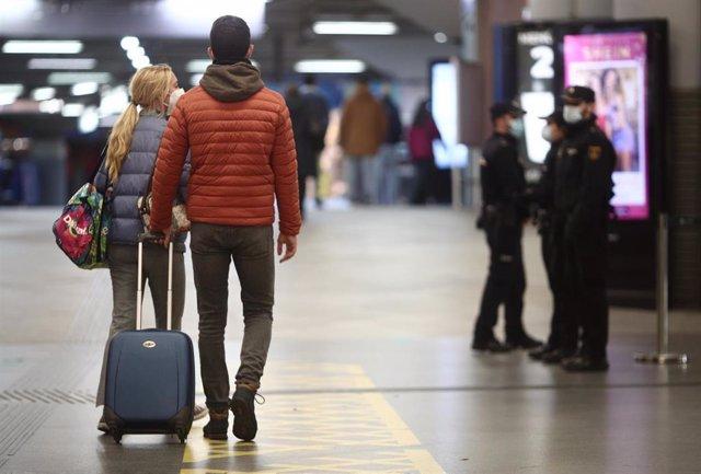 Archivo - Agentes la Policía Nacional realizan controles de movilidad en la estación de AVE Puerta de Atocha durante el primer día de cierre perimetral por el puente de la Constitución en Madrid (España), a 4 de diciembre de 2020. El cierre perimetral de