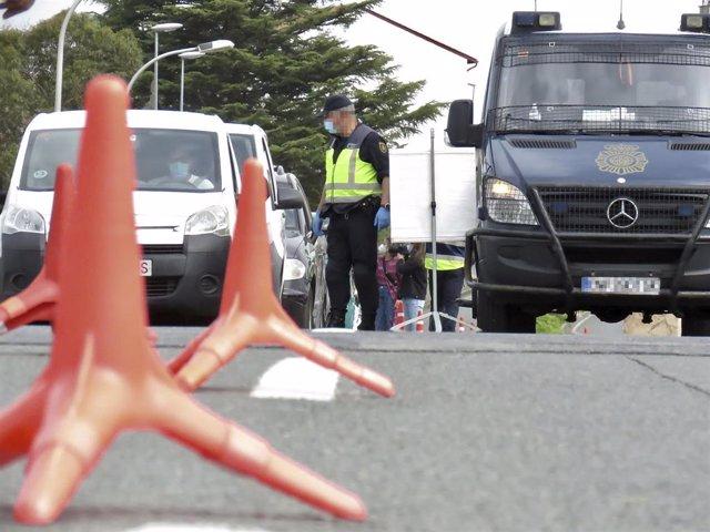Archivo - Un policía nacional, en un control en la frontera con Francia, en Irún, Euskadi (España), a 30 de marzo de 2021. Según una orden del Boletín Oficial del Estado (BOE), los pasajeros procedentes de Francia deben presentar una prueba diagnóstica co