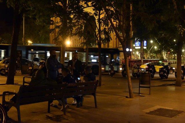 La zona de l'Arc de Triom de Barcelona en l'últim toc de queda