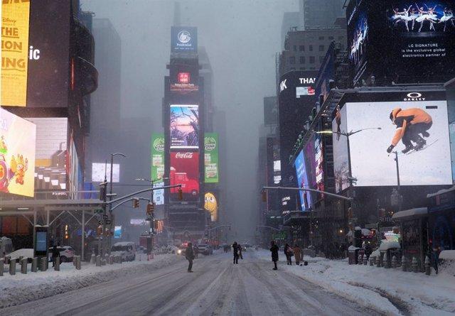 Archivo - 01 February 2021, US, Manhattan: Passersby walk across Times Square during heavy snowfall in New York City. Photo: Debra L. Rothenberg/ZUMA Wire/dpa