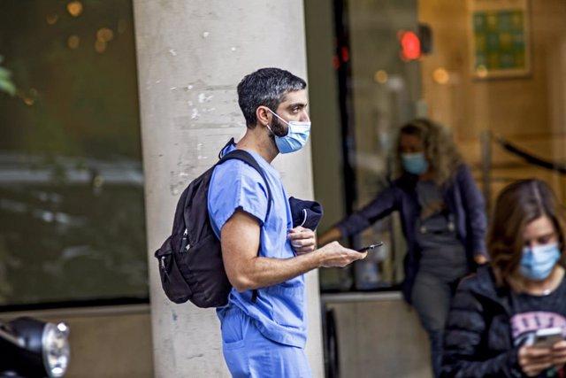 Un sanitario con mascarilla en las calles de Buenos en abril de 2021 cuando la ocupación en camas de cuidados intensivos era la más elevada hasta la fecha.