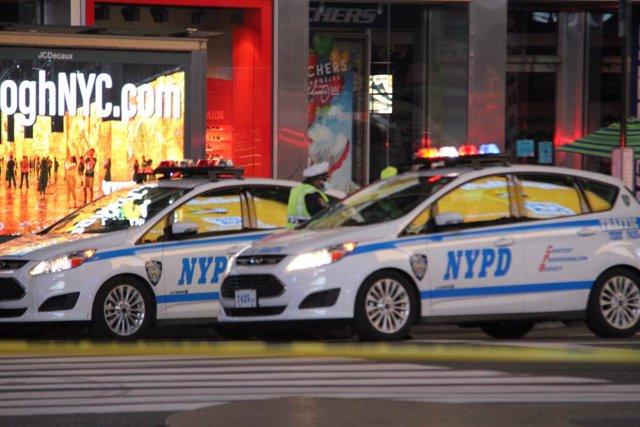 Coches de la Policía de Nueva York en Times Square durante la investigación del tiroteo.